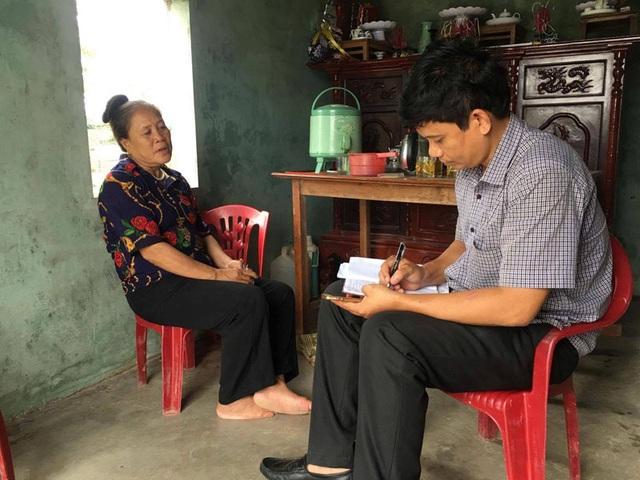 Bà Thủy trò chuyện với phóng viên khi hay tin con trai được thả tự do. (Ảnh: Minh Đức)