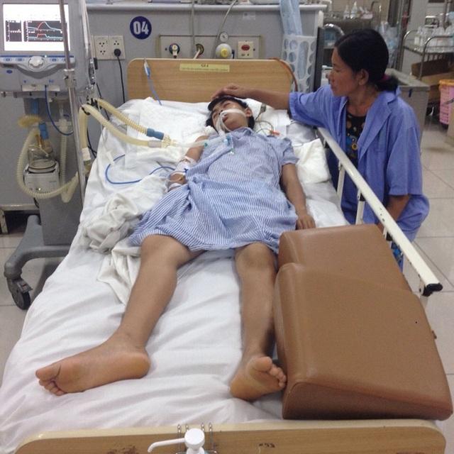 Nạn nhân Lê Thị Trang hiện đang điều trị tại Khoa Chống độc, Bệnh viện Bạch Mai trong tình trạng rất nguy kịch (ảnh: Danh Cường).