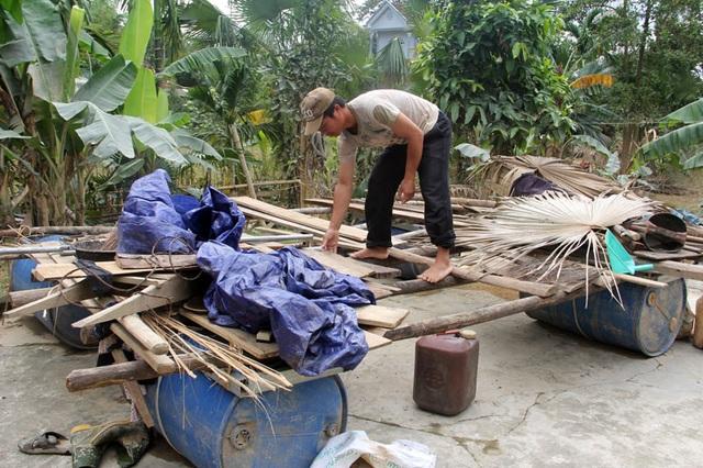 Cơn lũ lớn vừa ập tới đã cuốn trôi nhiều tài sản, cũng là cơ hội nhỏ nhoi đưa con tới viện của vợ chồng anh Hương, chị Hiên.