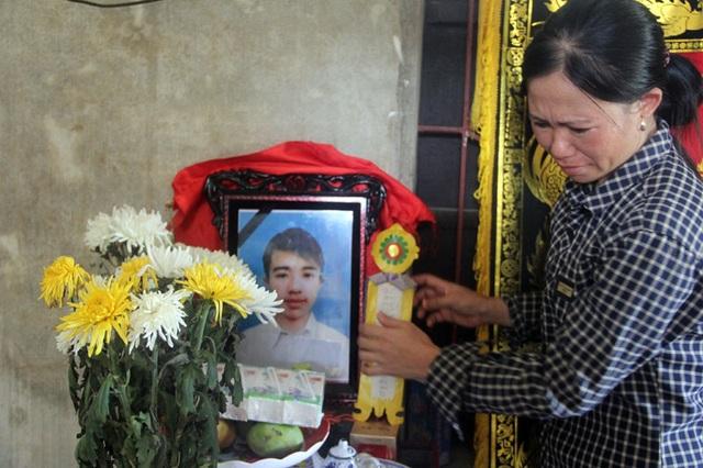 Mẹ nạn nhân đau đớn trước cái chết của con trai.