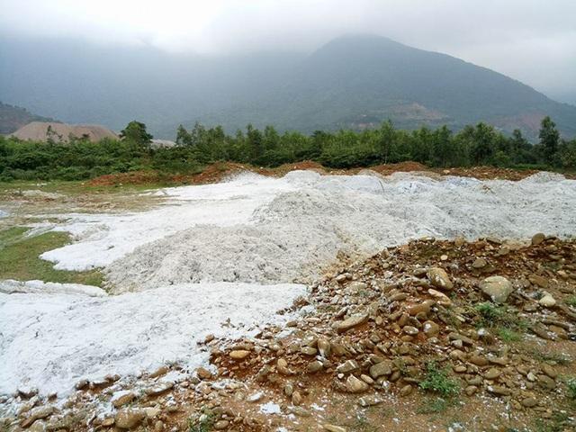 Chất thải rắn chưa qua xử lý của công ty Đông Anh đổ trực tiếp xuống bãi đất trống.