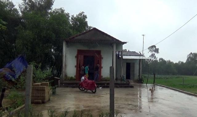 Ngôi nhà của vợ chồng chị Phương bé xíu, xuống cấp, đến cái cổng nhà cũng không có tiền để xây.