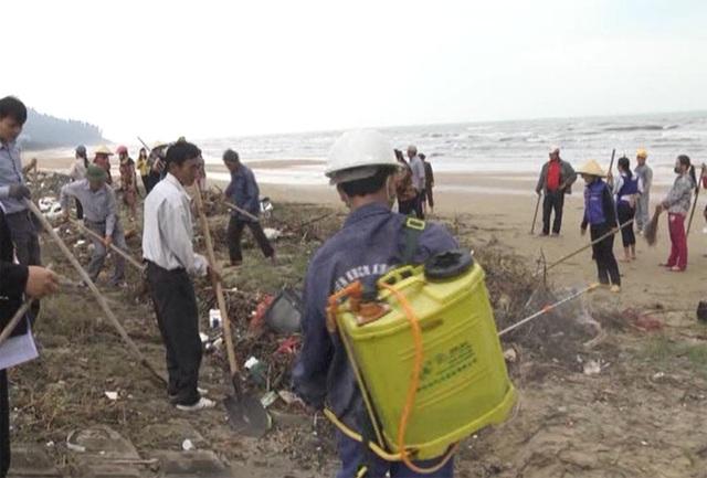 Chính quyền và người dân huyện Cẩm Xuyên tiến hành vệ sinh môi trường, dọn rác không cho kiến ba khoang trú ngụ.