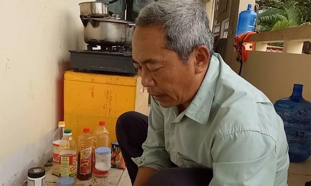 Khi cán bộ xã đang tất bật công việc giúp dân đối phó mưa lũ thì ông Hoàng Xuân Vân lặng lẽ chuẩn bị bữa cơm tối cho cán bộ trực lũ ở tầng 2 trụ sở ủy ban xã.