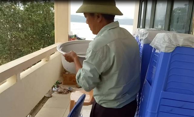 Để có nước sạch nấu cơm, ông phải nhờ người chèo thuyền cả vài tiếng đồng hồ đến một vài gia đình có trữ nước sạch để xin hoặc mua lại.