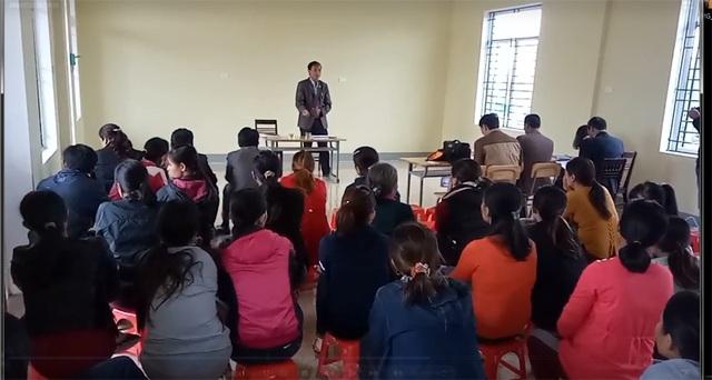Ông Nguyễn Văn Báu - Chủ tịch xã Cẩm Thăng - phát biểu xin lỗi người dân về việc làm thiếu cân nhắc của xã.