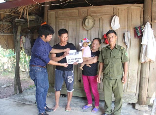 PV Dân trí cùng đại diện chính quyền địa phương trao quà bạn đọc tới gia đình anh Hương.