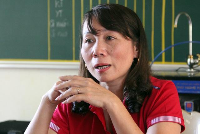 Cô Ngô Thị Hà, Hiệu trưởng nhà trường bật khóc khi nhớ lại cảnh tượng các cô giáo vượt lũ dữ đến trường để kịp thu dọn đồ đạc tránh bị nước nhấn chìm.