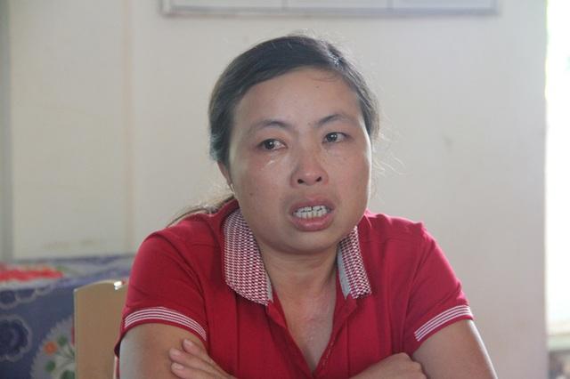 Cô giáo Hồ Thị Thu Lam đã bật khóc nhớ lại giây phút vợ chồng cô đối mặt với giây phút sinh tử khi trên đường từ trường tiểu học về nhà với con.