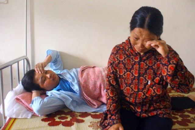 Ngồi bên đứa con thứ 3, cháu Đặng Sỹ Quân, SN 1995 đang nằm điều trị tại Bệnh viện Đa khoa Hà Tĩnh, chị Huệ lại rơi nước mắt về đứa con trai út đang nằm viện ở Hà Nội.