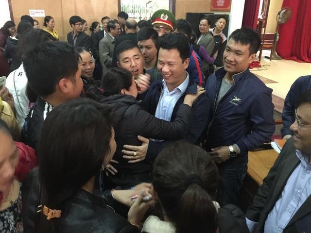 Nhiều người dân ôm chầm lấy Chủ tịch tỉnh sau buổi đối thoại