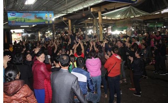 Hàng trăm tiểu thương tổ chức hát múa, ăn mừng ngay trong chợ