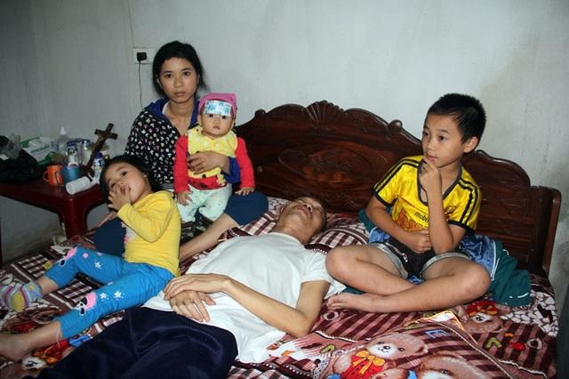 Giữa đêm khuya 4 mẹ con chị Thu không ngủ, ngồi canh giấc ngủ của người chồng, người cha nằm bất động trên giường.