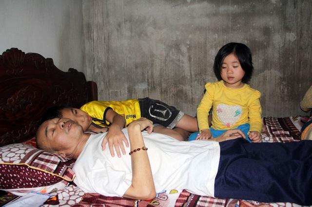 Hai đứa con thơ xoa bóp, nhiều lúc gọi tên mà người cha vì trọng bệnh không thể gượng dậy trả lời, vui đùa chút ít với con.