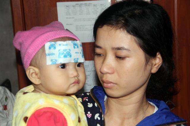 Lên cơn sốt, ho cả tuần nay, nhưng bố bệnh nặng, nhà khánh kiệt, nên cháu Lê Minh Thơ 7 tháng tuổi buộc phải ở nhà với mẹ thay vì được tới bệnh viện điều trị.