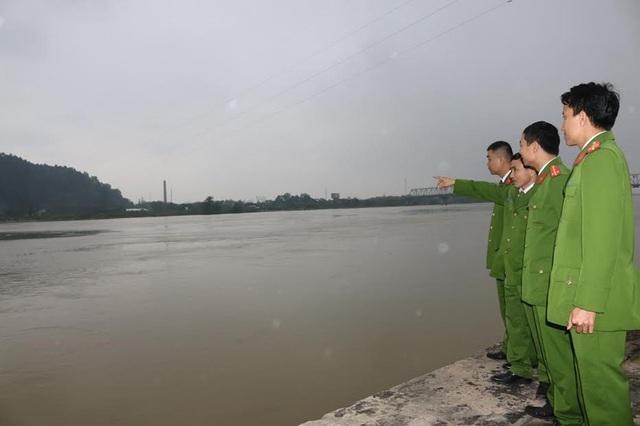 Dòng sông Lam cuộn chảy - nơi các chiến sĩ công an vẫn thường lao mình xuống cứu người nhảy sông tự tử.