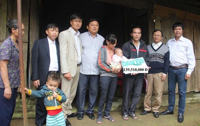 PV Dân trí cùng đại diện chính quyền địa phương trao số tiền 139.510.000đ của bạn đọc gửi về Qũy Nhân ái của báo Điện tử Dân trí trong tuần 3 và tuần 4 tháng 11/2016 giúp cho gia đình bé Phan Đình Tú.