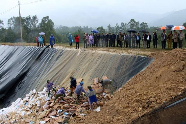 Bộ trưởng Mai Tiến Dũng cùng đoàn công tác trực tiếp thị sát việc chôn lấp, tiêu hủy gần 300 tấn hải sản không an toàn tại hố chôn ở xã Hồng Lộc, huyện Lộc Hà.