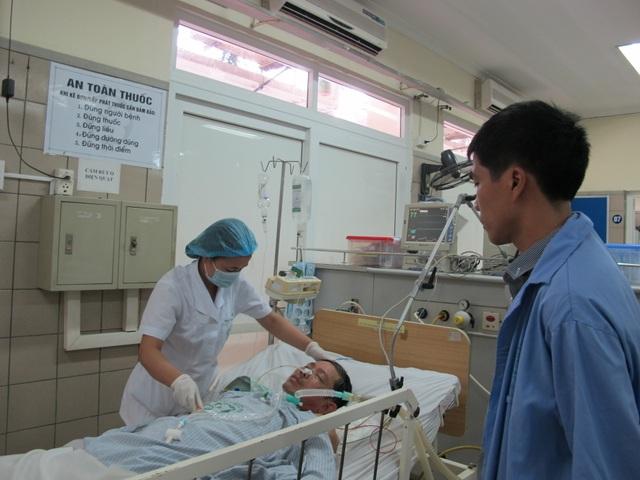 Một trường hợp ngộ độc rượu cấp cứu tại Trung tâm chống độc (BV Bạch Mai). Ảnh: H.Hải
