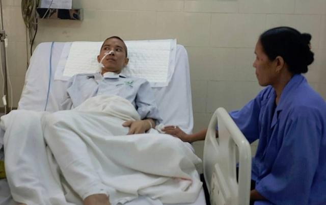 Bệnh nhân qua khỏi cửa tử là một kỳ tích với các y, bác sĩ. Ảnh: H.Hải