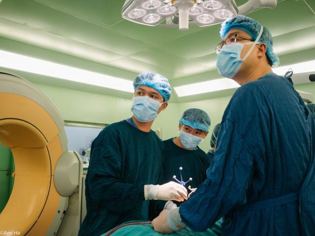 Ca phẫu thuật được chính xác hơn nhờ hệ thống dẫn đường không gian 3 chiều. Ảnh: Thế Anh