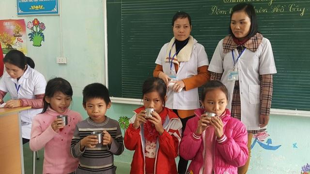 Sáng 29/11, học sinh trường Tiểu học Hạ Bì, huyện Kim Bôi, Hòa Bình được uống thuốc tẩy giun. Ảnh: H.Hải