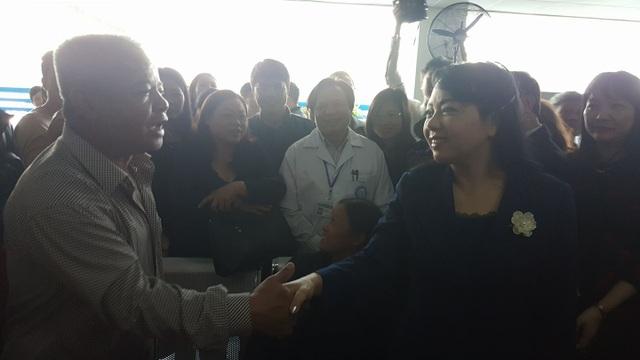 Tại BV Nội tiết Trung ương, bệnh nhân cũng vây quanh khi thấy nữ Bộ trưởng. Tuy nhiên, thay vì phàn nàn, người bệnh dành lời khen ngợi về tinh thần, thái độ, chất lượng phục vụ tại BV này.