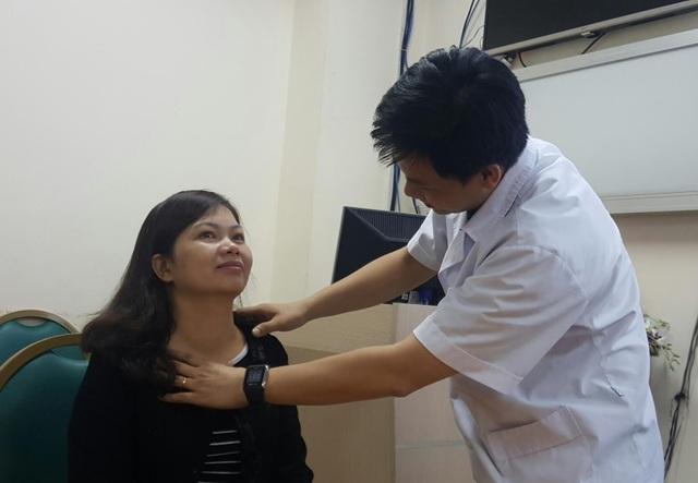 Sau 8 tháng can thiệp, khối u tuyến giáp với kích cỡ gần 5cm của chị Ngân đã thu nhỏ đến 80% và không có dấu tích gì ngoài da. Ảnh: Hồng Hải