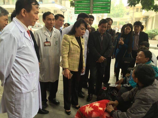 Bộ trưởng thăm hỏi bệnh nhân, người nhà bệnh nhân chờ khám tại BV Bạch Mai.