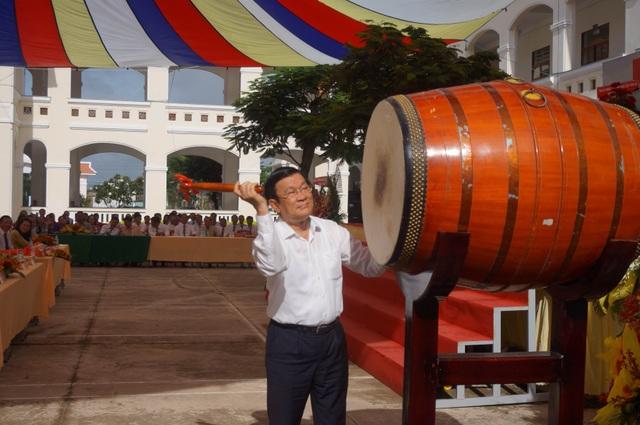 Nguyên Chủ tịch nước Trương Tấn Sang đánh hồi trống khai trường năm học 2016-2017 tại trường THPT Hậu Nghĩa.