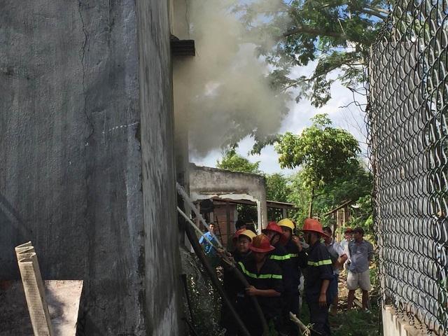 Đội chữa cháy đang cố đưa nước vào trong nhà từ hướng cửa sổ vì chủ nhà đi vắng, khó tiếp cận vào bên trong.
