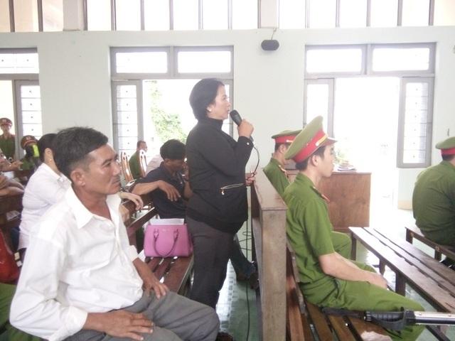 Bà Phạm Thị Hường bức xúc, cho rằng mức án quá nhẹ đối với Thọ
