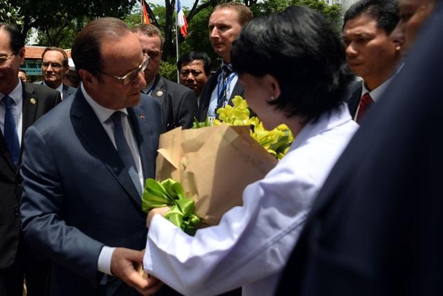 Các bác sĩ Viện Tim của BV Phạm Ngọc Thạch tặng hoa chào mừng Tổng thống Pháp đến thăm