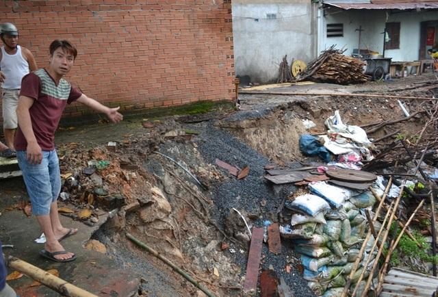 Một phần bờ kè suối Linh bị sạt lở gây nguy hiểm đến nhiều nhà dân sống dọc suối.