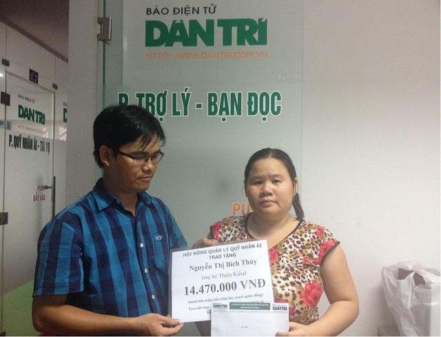 Trao quỹ Nhân ái đến chị Nguyễn Thị Bích Thủy, mẹ bé Thiên Kiều (ảnh: Trung Phương)