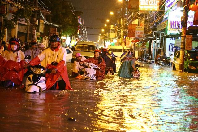 Sài Gòn mưa lớn: Xe máy ngập ngang yên, nhà dân ngập nửa mét - 1