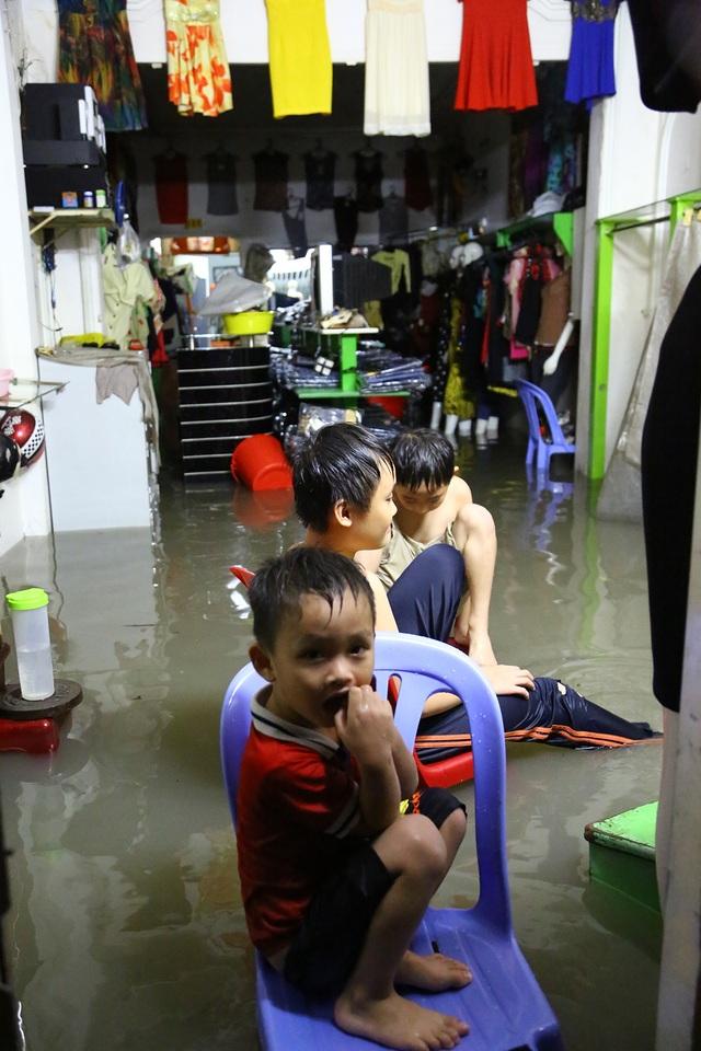 Những đứa trẻ ướt như chuột ngay trong nhà của mình.