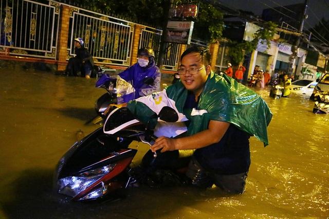 Sài Gòn mưa lớn: Xe máy ngập ngang yên, nhà dân ngập nửa mét - 3