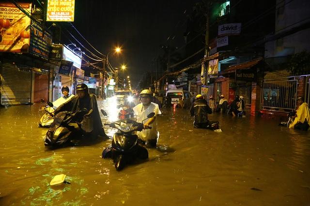 Sài Gòn mưa lớn: Xe máy ngập ngang yên, nhà dân ngập nửa mét - 6