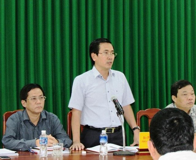 Ông Phạm Văn Hậu, Phó Chủ tịch UBND tỉnh Ninh Thuận đang giải thích chủ trương của nhà nước trong việc đóng cửa chợ Tấn Tài