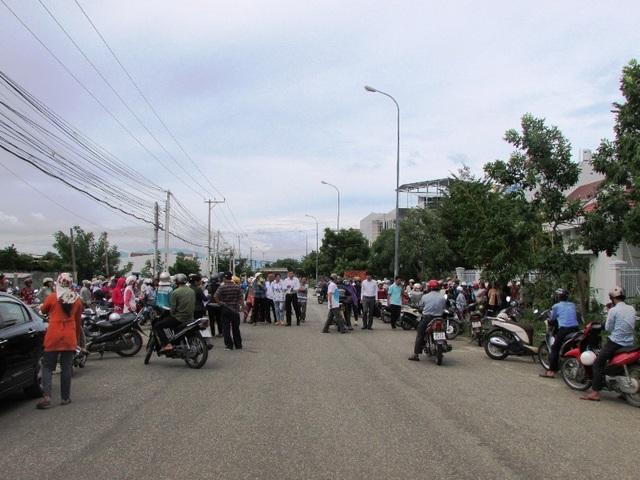 Mặc dù đã kết thúc buổi đối thoại, nhưng vẫn có rất đông bà con tiểu thương chợ Tấn Tài ở lại trước trụ sở tiếp dân tỉnh Ninh Thuận