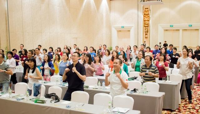 Các lãnh đạo Manulife Việt Nam hào hứng tham gia phần khởi động