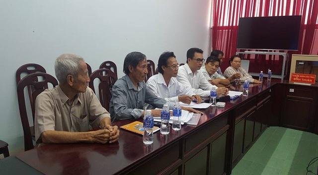 Ông Huỳnh Văn Nén cùng các luật sư trong buổi thương lượng lần thứ 4 (ảnh luật sư Quynh)