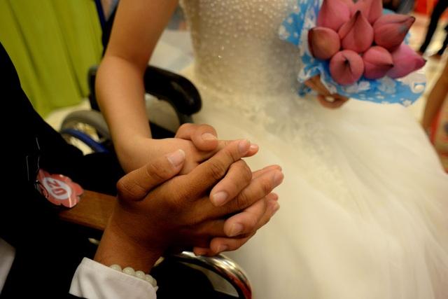 Anh Phước - chị Thuận đều khuyết tật vận động. Bù lại, họ biết thương yêu nhau, xây dựng gia đình đầm ấm.