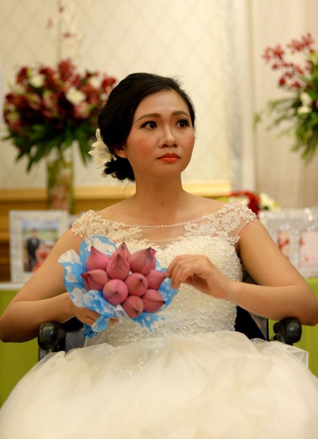 Một cô dâu hồi hộp trước giờ làm lễ.