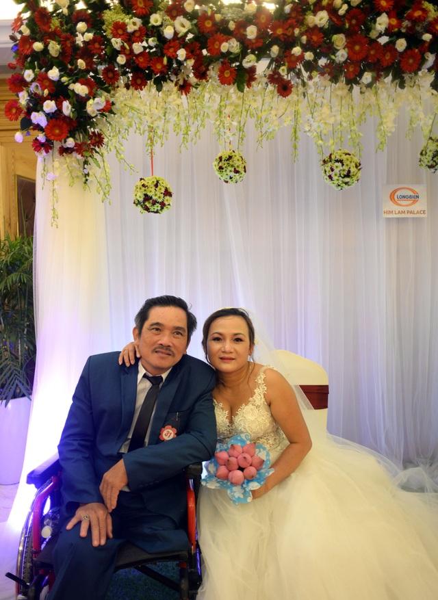 Chị Dung là một nhân viên kế toán, chị lấy chồng được hơn 1 năm nhưng hôm nay mới được mặc váy cưới.