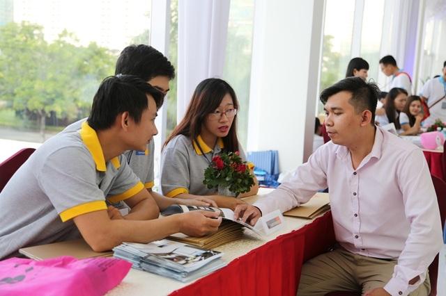 Ngoài lịch thanh toán kéo dài, nhiều ngân hàng đồng ý cho khách hàng mua nhà tại Saigon South Residences vay tiền với nhiều ưu đãi vì uy tín của chủ đầu tư. Nhân viên ngân hàng đến tận nơi mở bán dự án để tư vấn cho khách hàng.