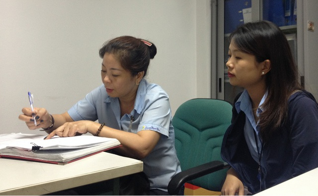 Bà Uyên Vy làm thủ tục chuyển số tiền 99.500.000 đồng đến đồng bào miền Trung bị lũ lụt