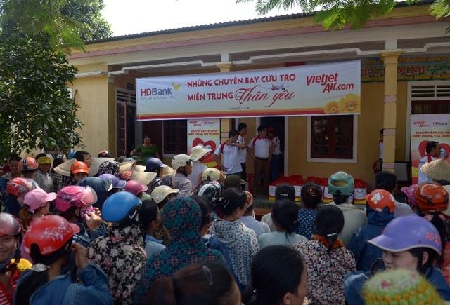 HDBANK và VIETJET chia sẻ với dân nghèo vùng lũ - 1