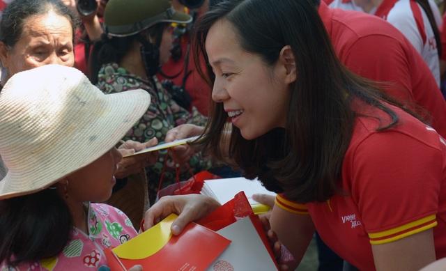 HDBank và Vietjet trao quà cho bà con vùng lũ Hương Khê (Hà Tĩnh).